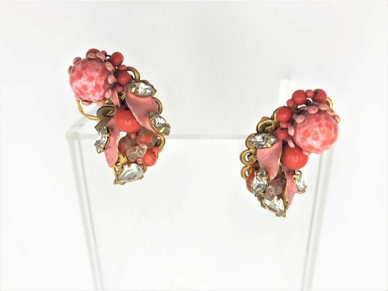 Very portable ear clip by Robert from the 1940s USA. They are made in a similar way to Miriam Haskell's, in a small curve, so they adapt very well to the shape of the ear.  Different orange and pink colors, combined with cut rhinestone