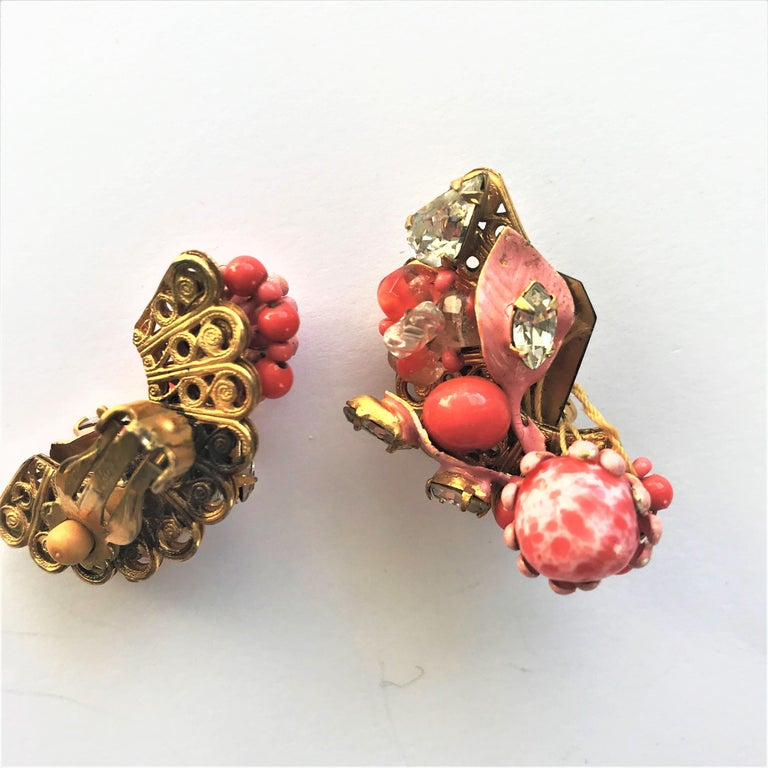 ROBERT ear clips faux coral rhinestone USA 1950s In Excellent Condition In Stuttgart, DE