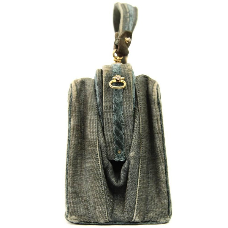 Splendid Roberta Di Camerino green canvas handbag with a darker green velvet floral decoration on the front and the back. It features one handle, a top magnetic closure and two internal compartments. Lined in green leather. The item is vintage, it