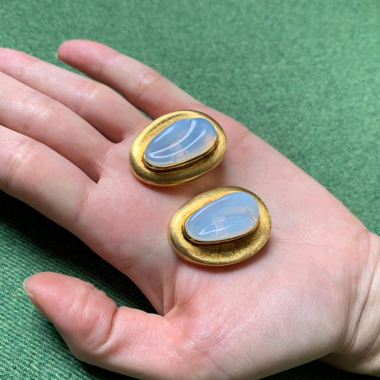 Modernist c. 1970 Roberto and Haroldo Burle Marx Forma Livre Moonstone and Gold Earrings For Sale