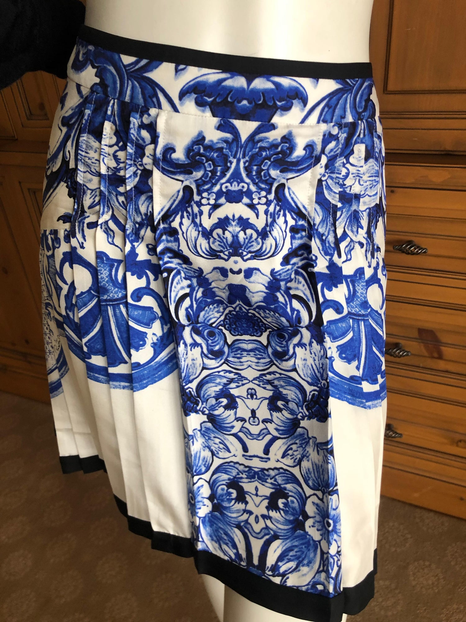 f8a1a1a486 Roberto Cavalli Blue and White Delft China Trade Pattern Silk Pleated Skirt  42 For Sale at 1stdibs
