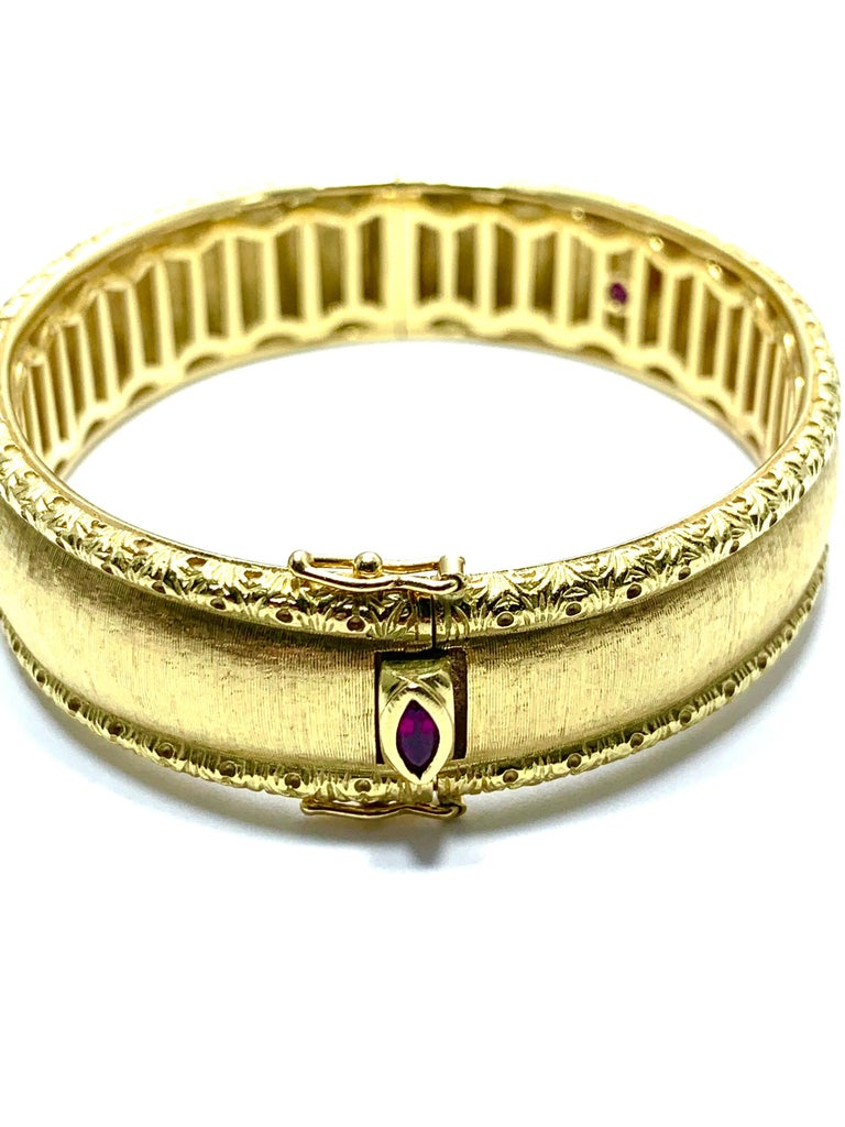 Roberto Coin 18 Karat Yellow Gold Bangle Bracelet with a Ruby Clasp In Excellent Condition For Sale In Washington, DC