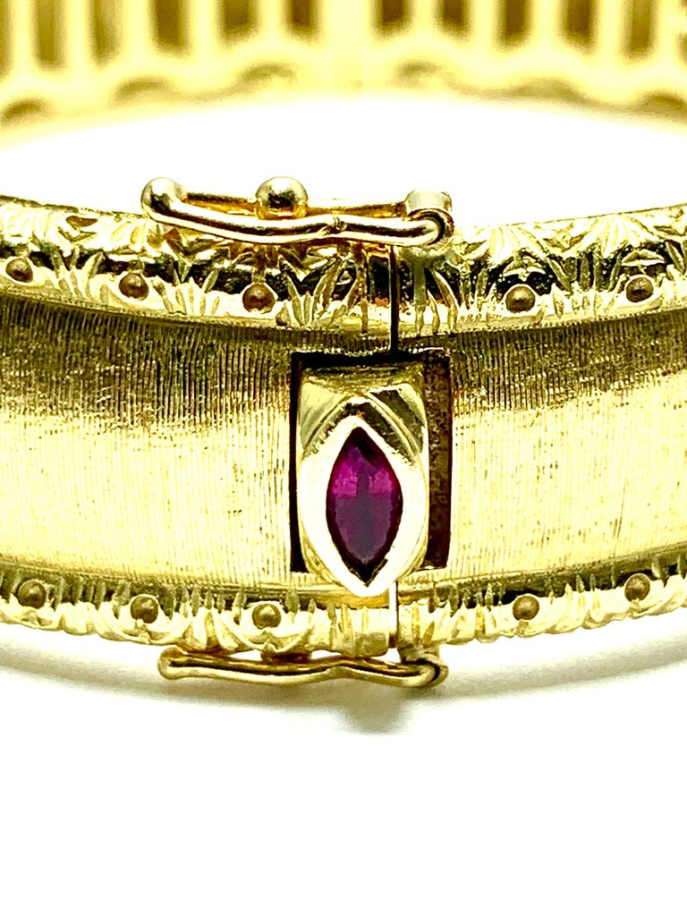 Roberto Coin 18 Karat Yellow Gold Bangle Bracelet with a Ruby Clasp For Sale 3