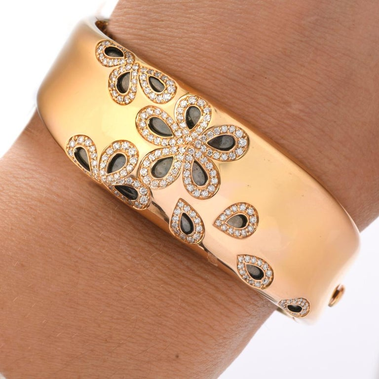 Roberto Coin Fantasia Diamond Daisy 18 Karat Wide Bangle Bracelet In Excellent Condition For Sale In Miami, FL