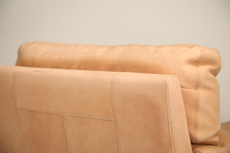 Roche Bobois Sofa and Armchair in Nude Leather with Natural Finish, circa 1980s For Sale 4