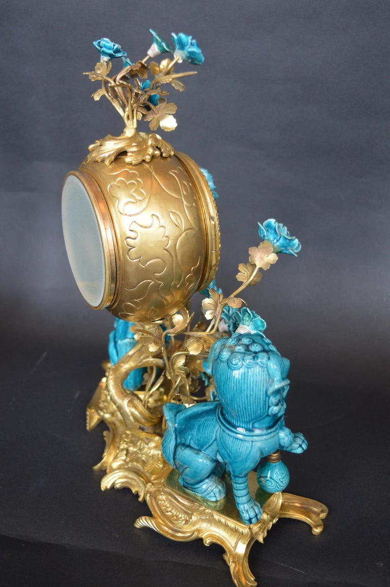 Rococo Chinosoiserie Style Three-Piece Gilt Bronze and Porcelain Clock Garniture For Sale 3