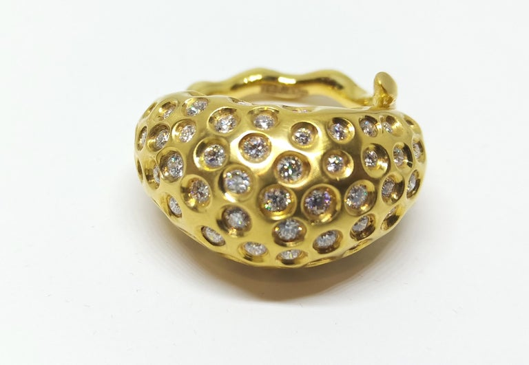 Contemporary Round White Diamond One of a Kind Yellow Gold Cocktail Ring In New Condition For Sale In NEW DELHI, IN