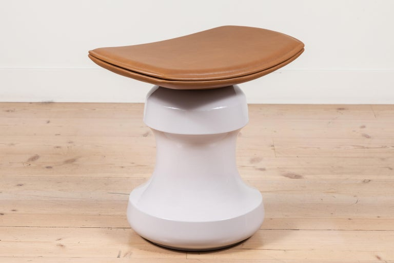 Evoking the outline of a chess piece or a pommel horse, Roi stool is a statuesque piece of ceramic topped with a curved leather seat. A light, sensual and well-built piece which feels comfortable everywhere: next to a sofa, a dressing table or a