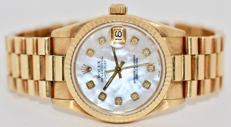 Highly elegant Rolex Datejust Medium ladies watch in rare mother-of-pearl - diamond dial. Ref. 68278. Automatic Movement. Extra Gold links available. Tiny chip on the glass at 12 o'clock.  Of course, you will receive a detailed certificate for your