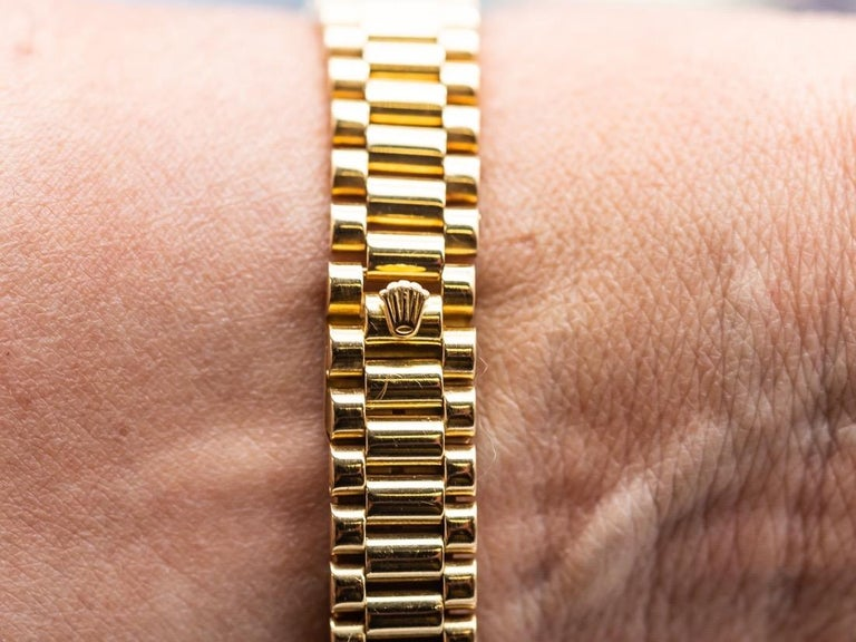Lady Datejust Rolex with its original box. the box and the bracelet are 18 karat yellow gold.saphir glass automatic movement . date . diameter 26 mm. golden dial with index sticks. golden needle. the President of Bracelet deployed the loop. very