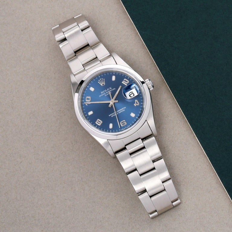 Xupes Reference: W007541 Manufacturer: Rolex Model: Oyster Perpetual Model Variant: Date Model Number: 15200 Age: 24-12-1988 Gender: Unisex Complete With: Rolex Box, Booklet, Calendar & Guarantee Dial: Blue Baton Glass: Sapphire Crystal Case Size:
