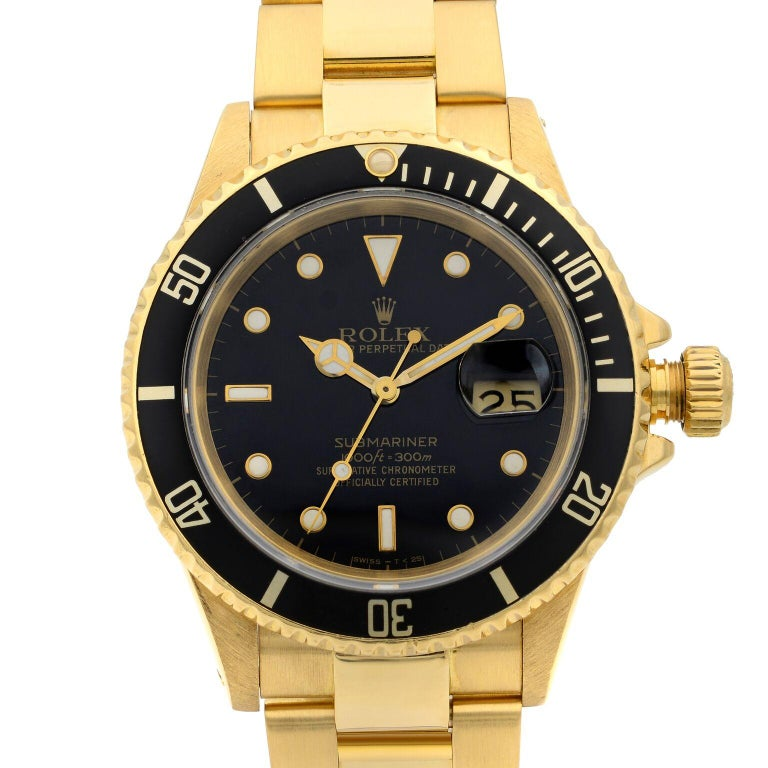 This pre-owned Rolex Submariner 16618 is a beautiful men's timepiece that is powered by mechanical (automatic) movement which is cased in a yellow gold case. It has a round shape face, date indicator dial and has hand sticks & dots style markers. It