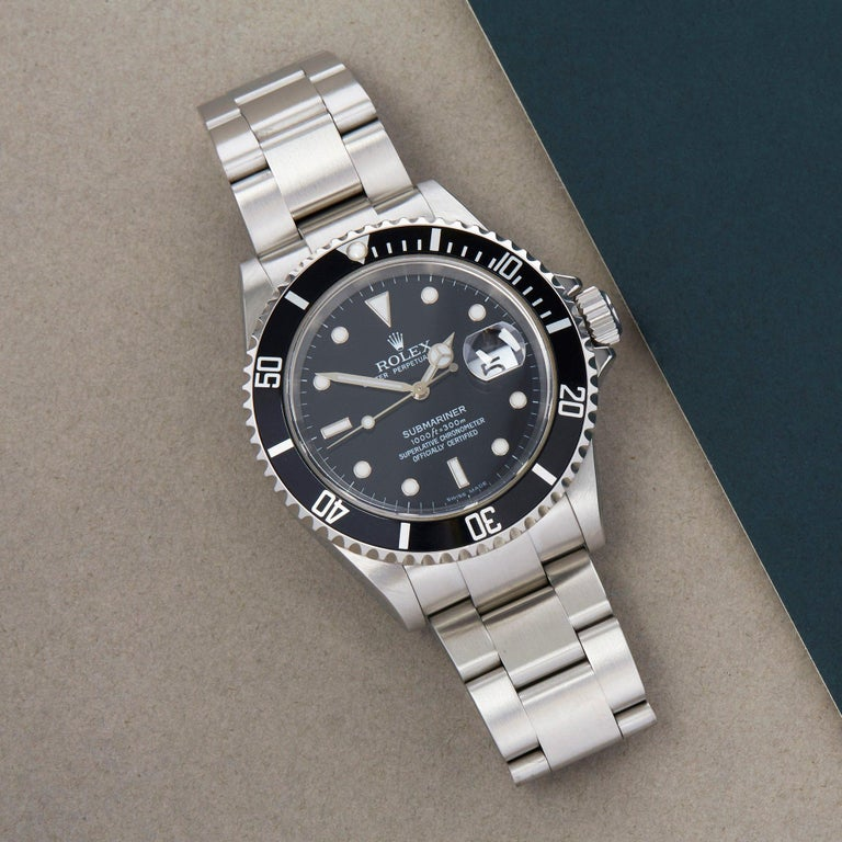Xupes Reference: W007665 Manufacturer: Rolex Model: Submariner Model Variant: Date Model Number: 16610 Age: 23-07-2005 Gender: Men Complete With: Rolex Box, Manuals, Guarantee, Calendar Card, Card Holder & Swing Tag Dial: Black Baton Glass: Sapphire