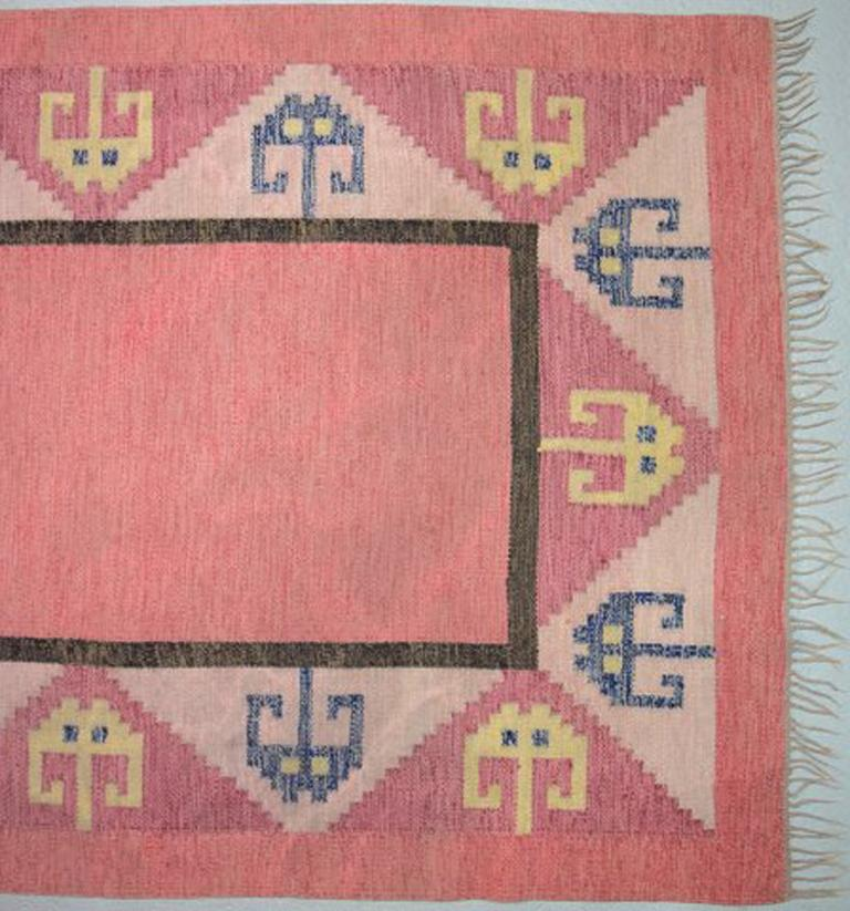 Röllakan rug, Swedish design, 1960s. Pink shades. Measures: 245 x 147 cm. In very good condition.