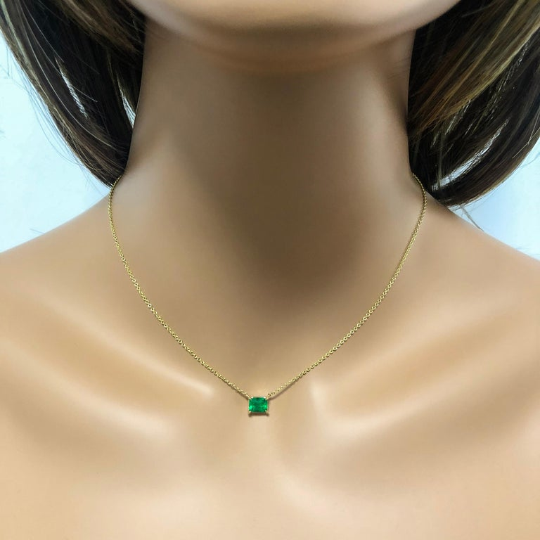 Roman Malakov 1.04 Carat Green Emerald Solitaire Pendant Necklace In New Condition For Sale In New York, NY