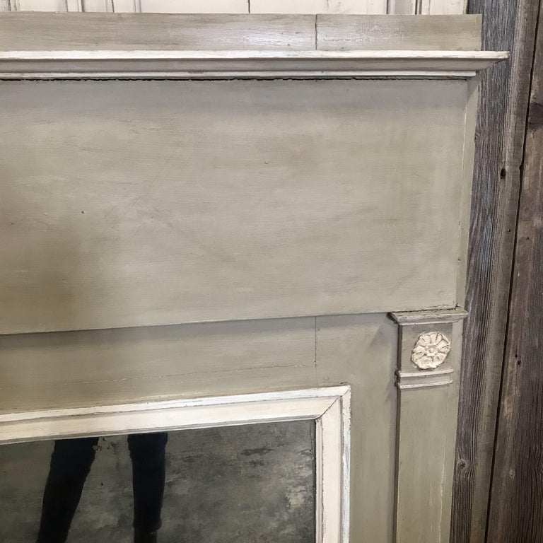 Romantic French Antique Trumeau Mirror in Gray and White In Good Condition For Sale In Hopewell, NJ