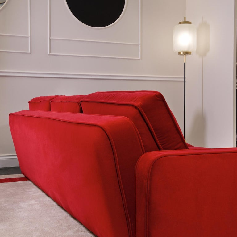Imposing and striking, this sofa will make a statement in a modern interior, thanks to the vibrant color of its upholstery in Cat. 3 velvet, and the sober proportions of its silhouette. Combining comfort and exquisite design, this piece will be a