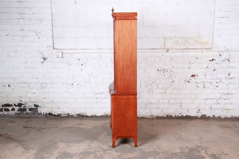 Romweber Flame Mahogany Breakfront Display Cabinet or Bookcase, circa 1940s For Sale 3