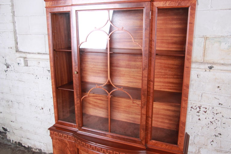 Romweber Flame Mahogany Breakfront Display Cabinet or Bookcase, circa 1940s In Good Condition For Sale In South Bend, IN