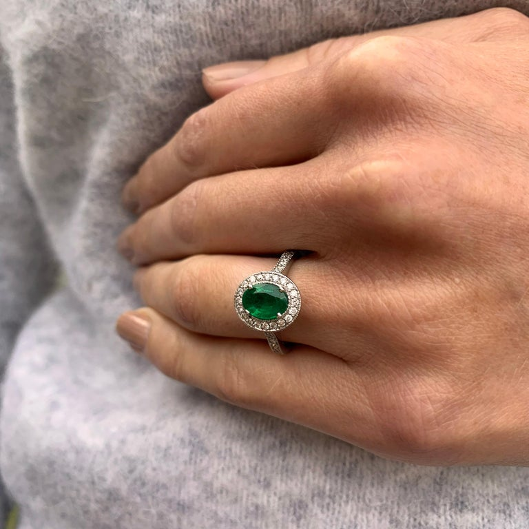 18 Karat White Gold Emerald and Diamond Ring In New Condition For Sale In Dublin 2, Dublin 2