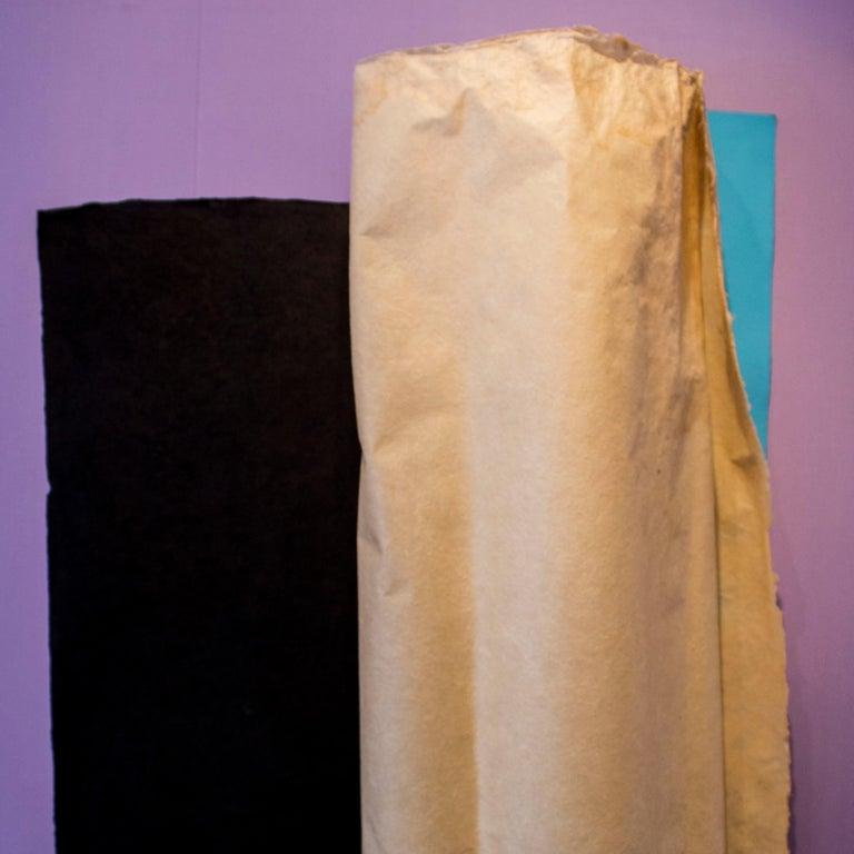 Doble giro, con negro y azul - Brown Abstract Sculpture by Rosa Brun