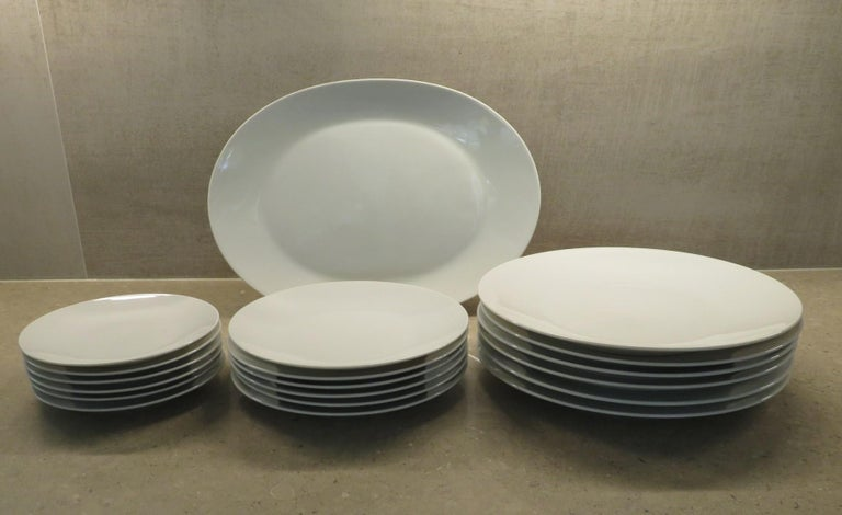Rosenthal Form 2000 White Pattern Dinnerware - Raymond Loewy Set 70 Pcs Germany In Good Condition For Sale In Miami, FL