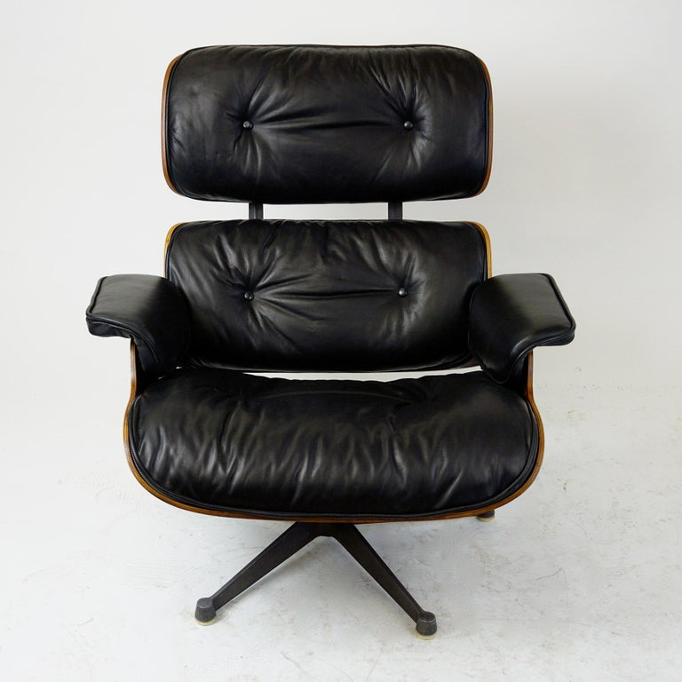 Charming and comfortable midcentury Herman Miller lounge chair, mod no 670, produced, circa 1960s by the Italian Company ICF for Herman Miller. Based in Milan, ICF produced licensed originals for Miller until 1986. All wood parts have been slightly