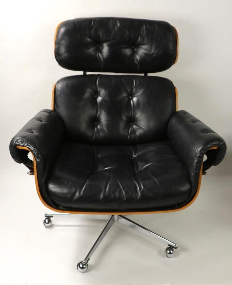 Mid-Century Modern Rosewood and Leather Eames Style Swivel Lounge Chair and Ottoman For Sale