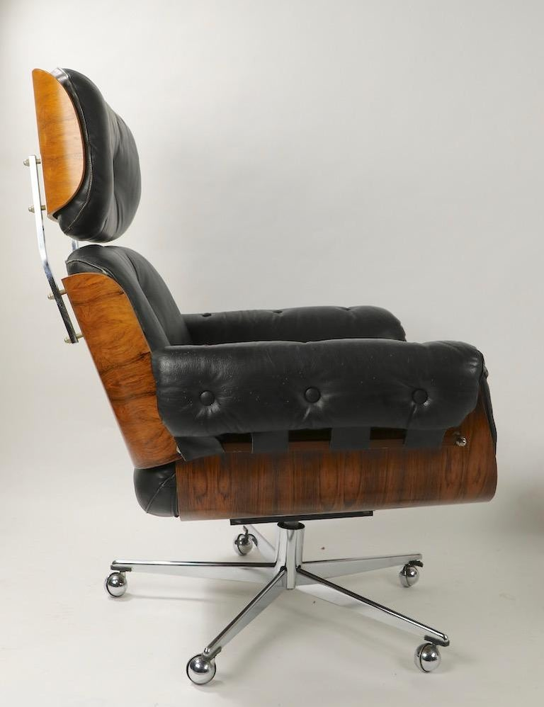 Rosewood and Leather Eames Style Swivel Lounge Chair and Ottoman In Good Condition For Sale In New York, NY