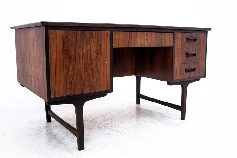 A rosewood desk from the 1960s. The furniture is in very good condition.  Dimensions: height 75 cm / width 139 cm / depth 74 cm.