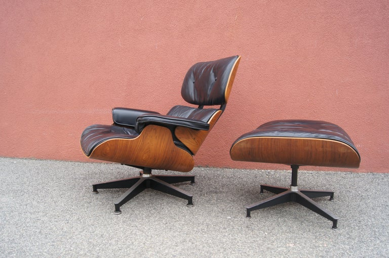 Mid-Century Modern Rosewood Lounge Chair and Ottoman by Charles and Ray Eames for Herman Miller For Sale