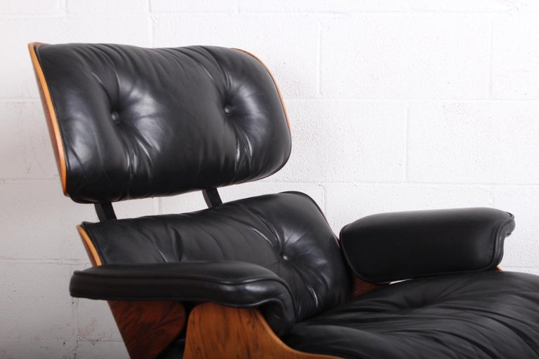 Mid-20th Century Rosewood Lounge Chair and Ottoman by Charles Eames for Herman Miller For Sale