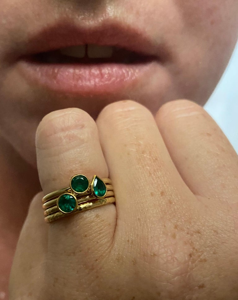 Round Cut Round Brilliant Colombian Emerald 18 Karat Gold Stacking Engagement Ring For Sale