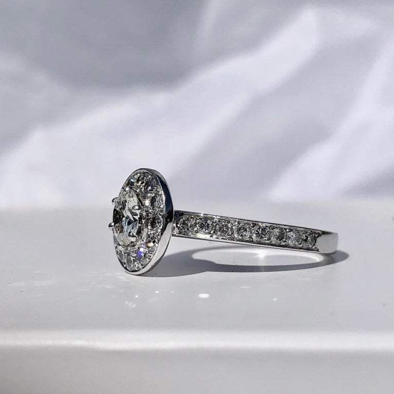 Round Brilliant Cut Diamond Halo Engagement 18k White Gold 1.20ct Ring  In Good Condition For Sale In London, GB