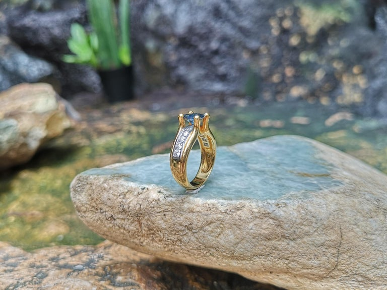 Round Cut Blue Sapphire with Diamond Ring Set in 18 Karat Gold Settings For Sale 6