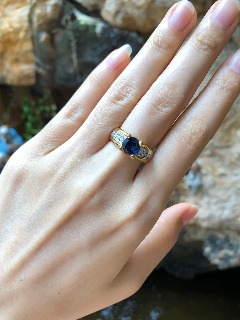 Contemporary Round Cut Blue Sapphire with Diamond Ring Set in 18 Karat Gold Settings For Sale