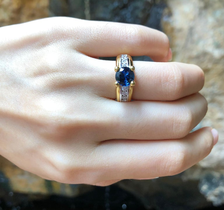 Round Cut Blue Sapphire with Diamond Ring Set in 18 Karat Gold Settings For Sale 1
