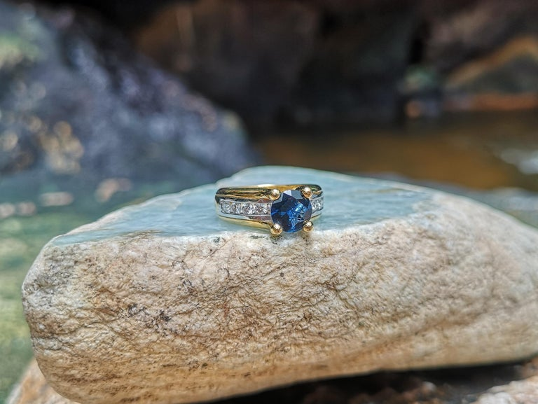 Round Cut Blue Sapphire with Diamond Ring Set in 18 Karat Gold Settings For Sale 2