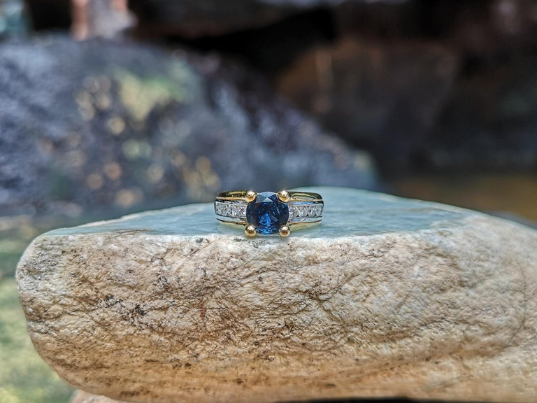 Round Cut Blue Sapphire with Diamond Ring Set in 18 Karat Gold Settings For Sale 3