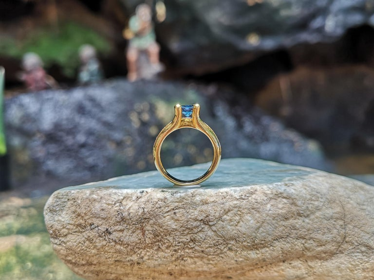 Round Cut Blue Sapphire with Diamond Ring Set in 18 Karat Gold Settings For Sale 4