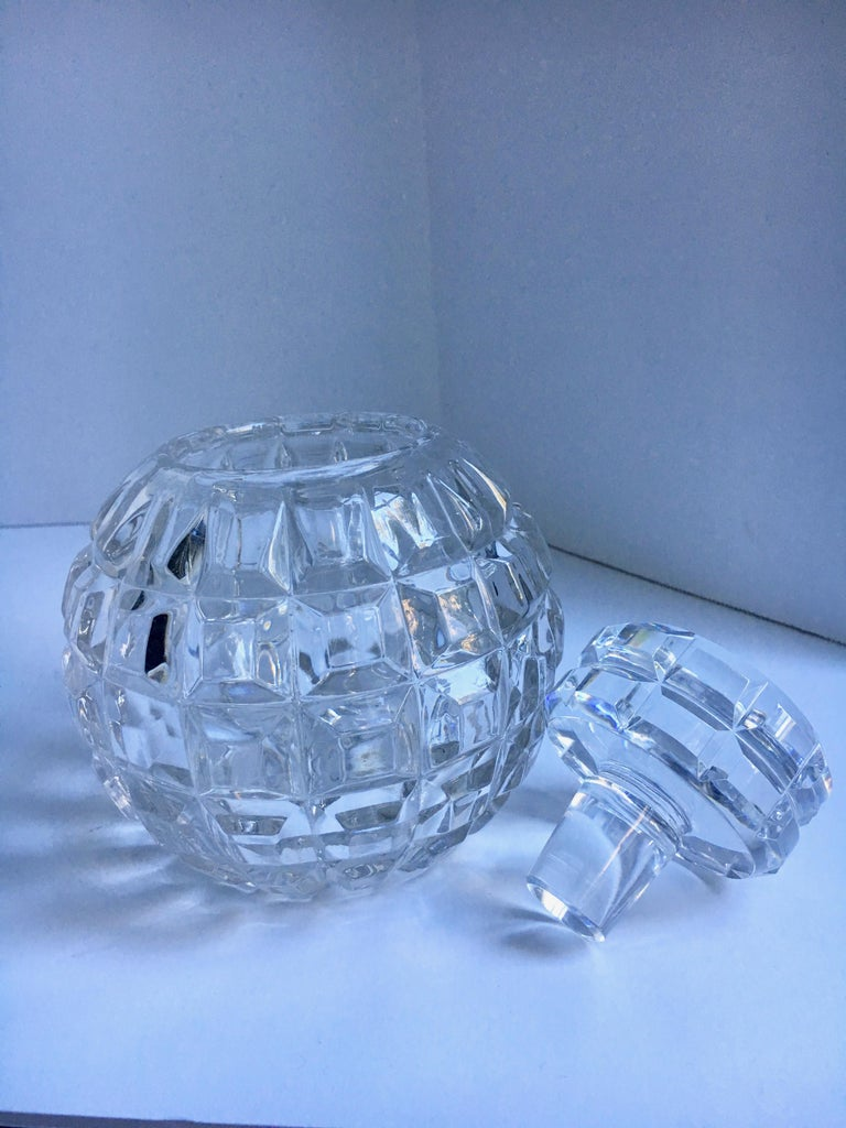 Round Cut Crystal Decanter In Good Condition For Sale In Los Angeles, CA