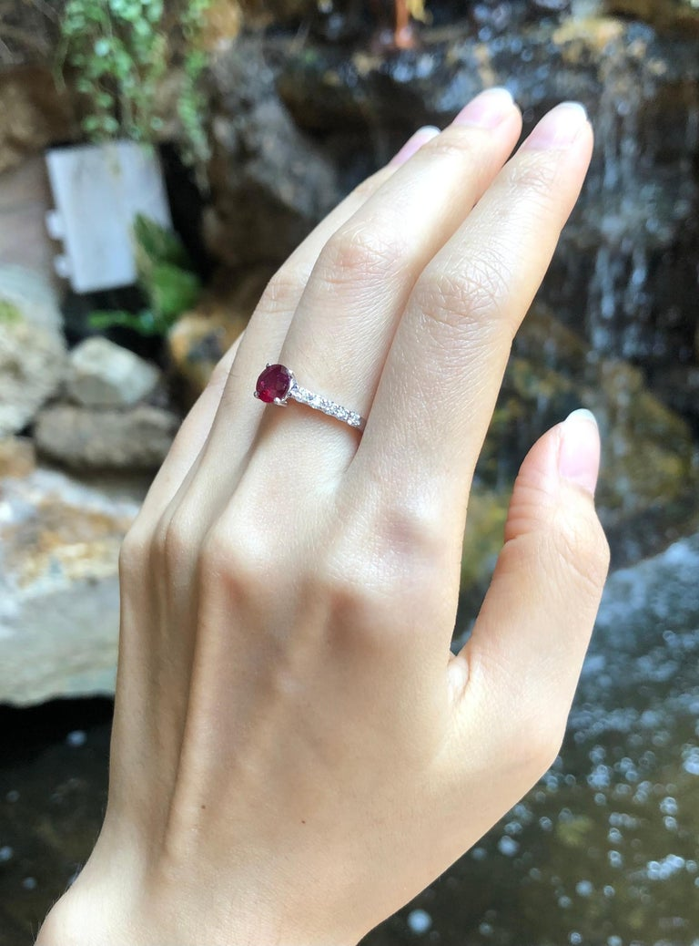 Round-cut ruby with Diamond Ring Set in 18 Karat White Gold Settings In New Condition For Sale In Bangkok, TH