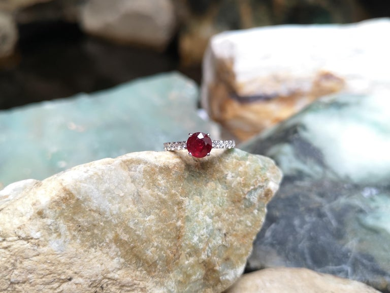 Round-cut ruby with Diamond Ring Set in 18 Karat White Gold Settings For Sale 1
