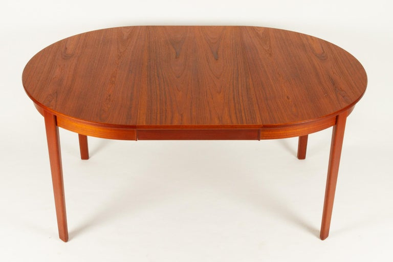 Round Danish Extendable Teak Dining Table, 1960s For Sale 10