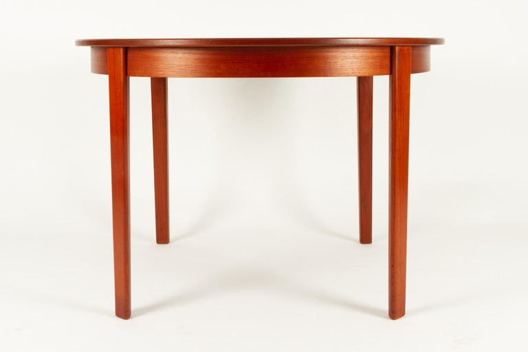 Round Danish Extendable Teak Dining Table, 1960s For Sale 1
