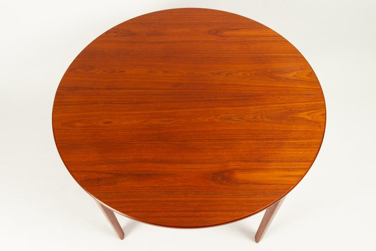 Round Danish Extendable Teak Dining Table, 1960s For Sale 2