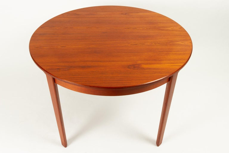 Round Danish Extendable Teak Dining Table, 1960s For Sale 3