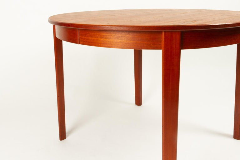 Round Danish Extendable Teak Dining Table, 1960s For Sale 4