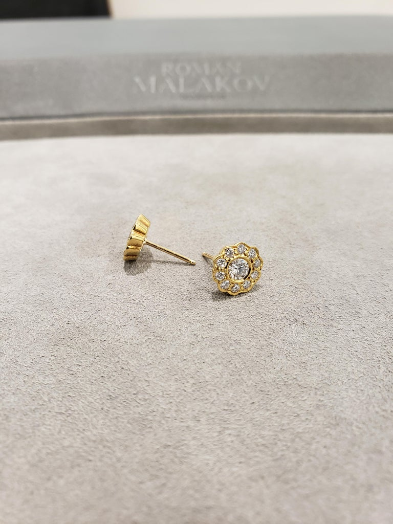 Contemporary Round Diamond Yellow Gold Flower Earrings For Sale
