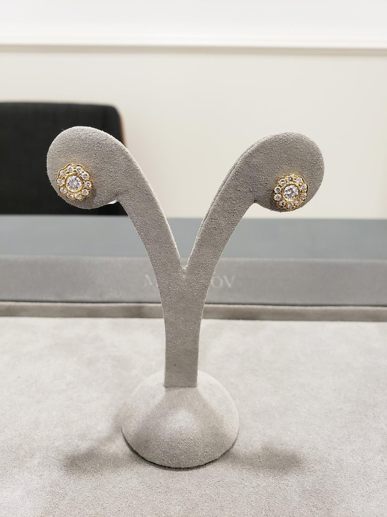 Round Diamond Yellow Gold Flower Earrings In New Condition For Sale In New York, NY